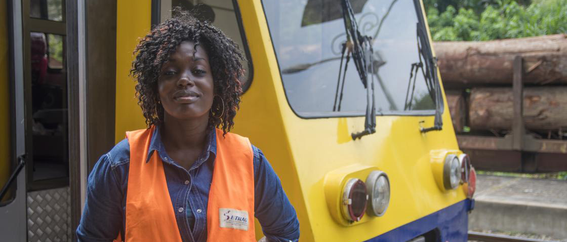 An employee of the Trans-Gabon Railway that connects the western part of the country with the east. © Sonier Issembé / AFD