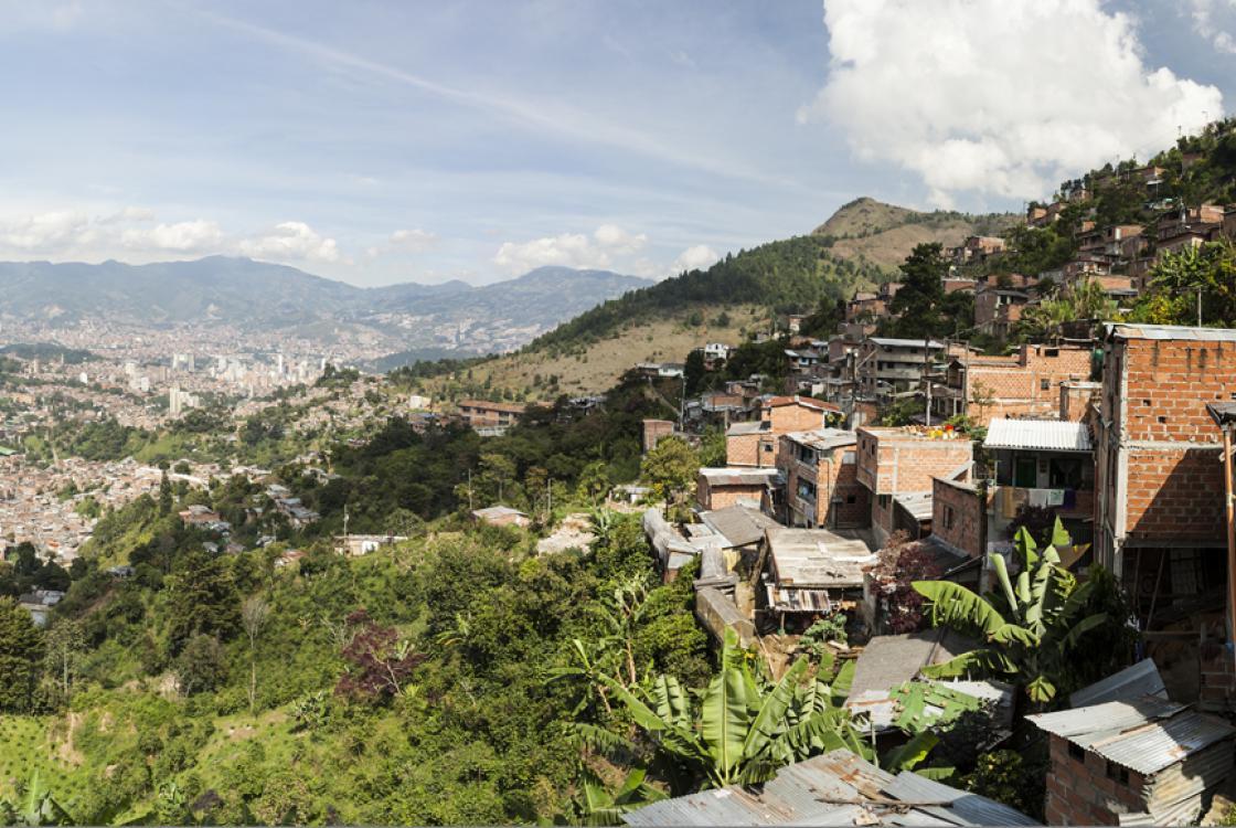 panorama sur la ville de Medellín depuis le quartier de La Sierra, Colombie