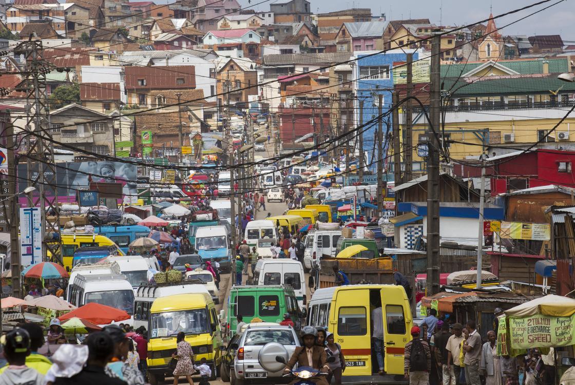 Le quartier très animé de la station de bus de Ambodivona, Madagascar
