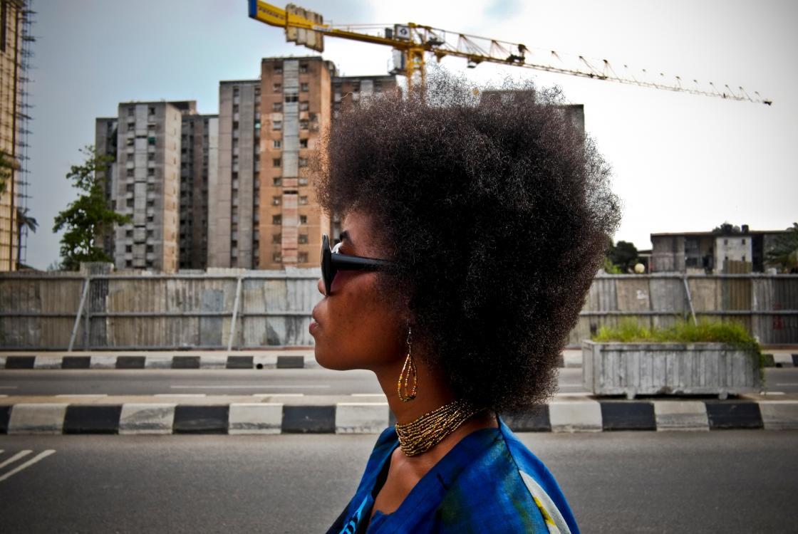 Femme passant devant un immeuble à Lagos, Nigéria