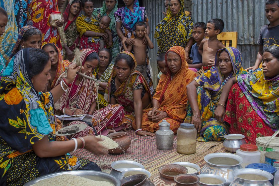 Les femmes mettent des quantités de riz en commun pour générer de l'épargne. Bangladesh