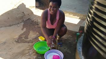 Maureen Otieno fait la vaisselle dans sa cour