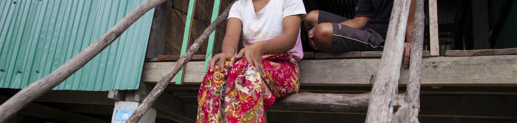 Couple sur le seuil de sa maison, Cambodge