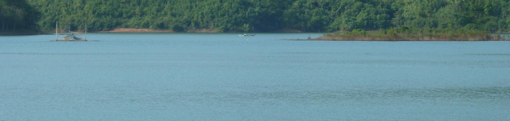 Pêcheur sur le lac de Nam Ngum