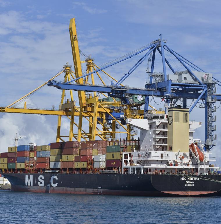 Porte-conteneurs au Port, à La Réunion