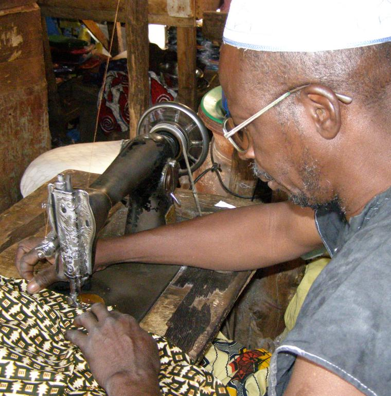 Un malien dans son atelier de couture, secteur privé Mali