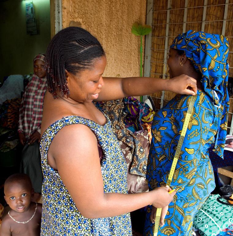 Atelier de couture dans le quartier Abidjan à Niamey dont la promotrice, Mme Ariatou Moussa (à gauche) a bénéficié de l'aide financière de ACEP-Niger pour la création de son entreprise.