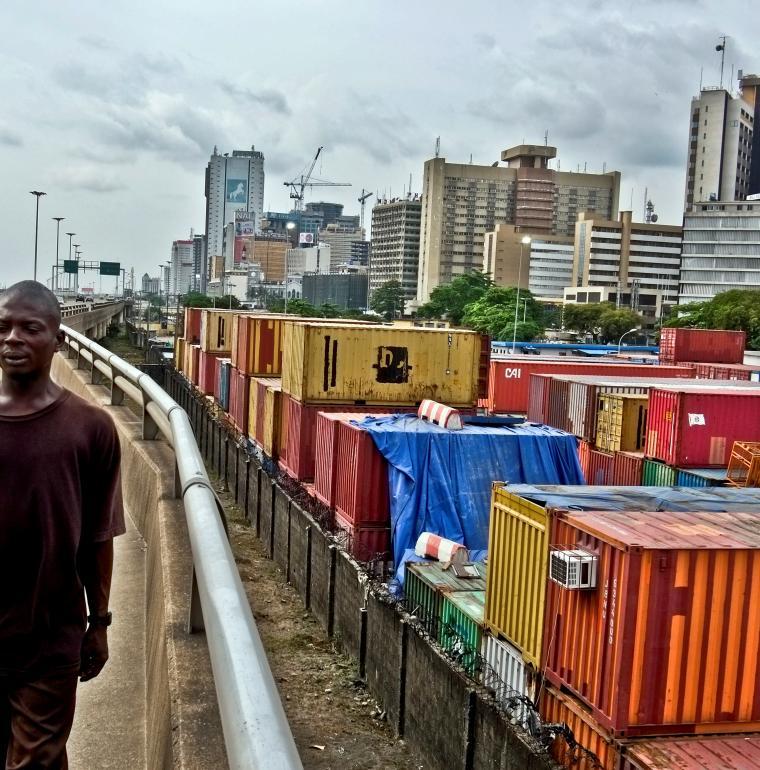 Nigéria Homme longeant autoroute à Lagos
