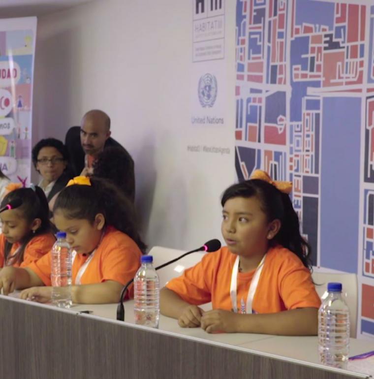 """Mexique, Jeunes filles à la tribune lors d'une restitution sur le projet """"Quelle ville pour demain ?""""."""