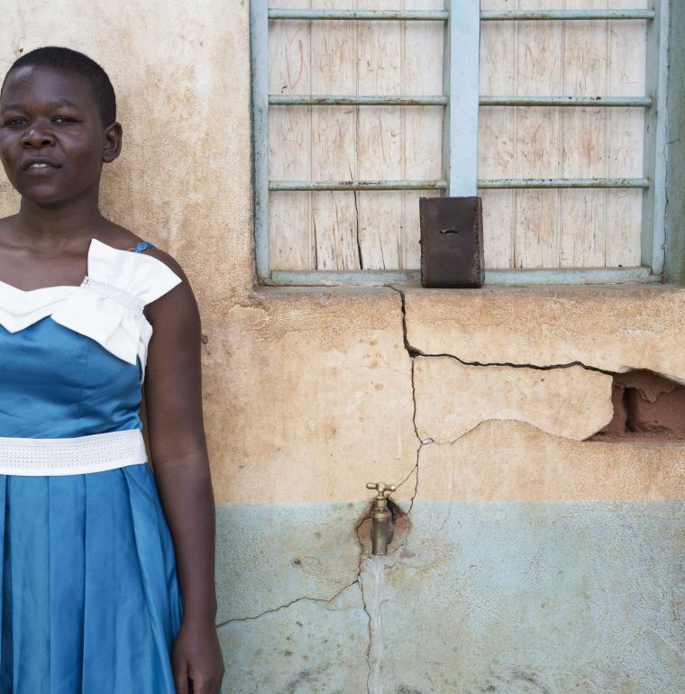 Une jeune femme vient chercher de l'eau à Bukoba