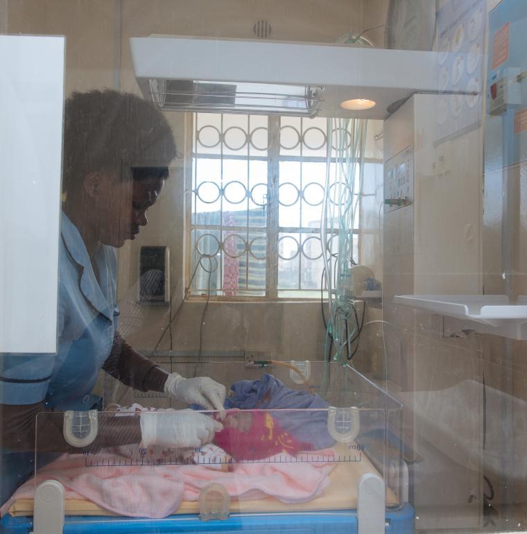 Une infirmière fait la toilette d'un nouveau né / Sarah Waiswa pour l'AFD