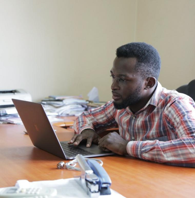 homme, numérique, ordinateur, Afrique, Chiara Frisone