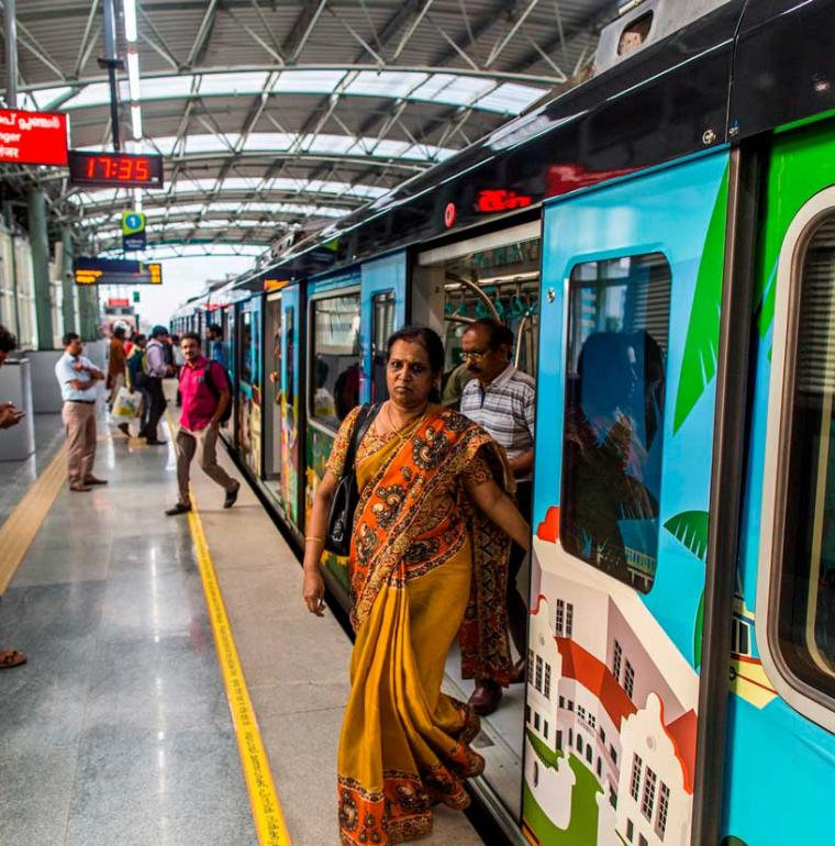 passagers, station de métro, Kochi, Inde, transport