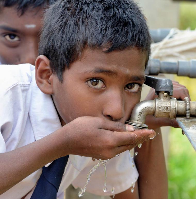 Sri Lanka eau robinet garçon