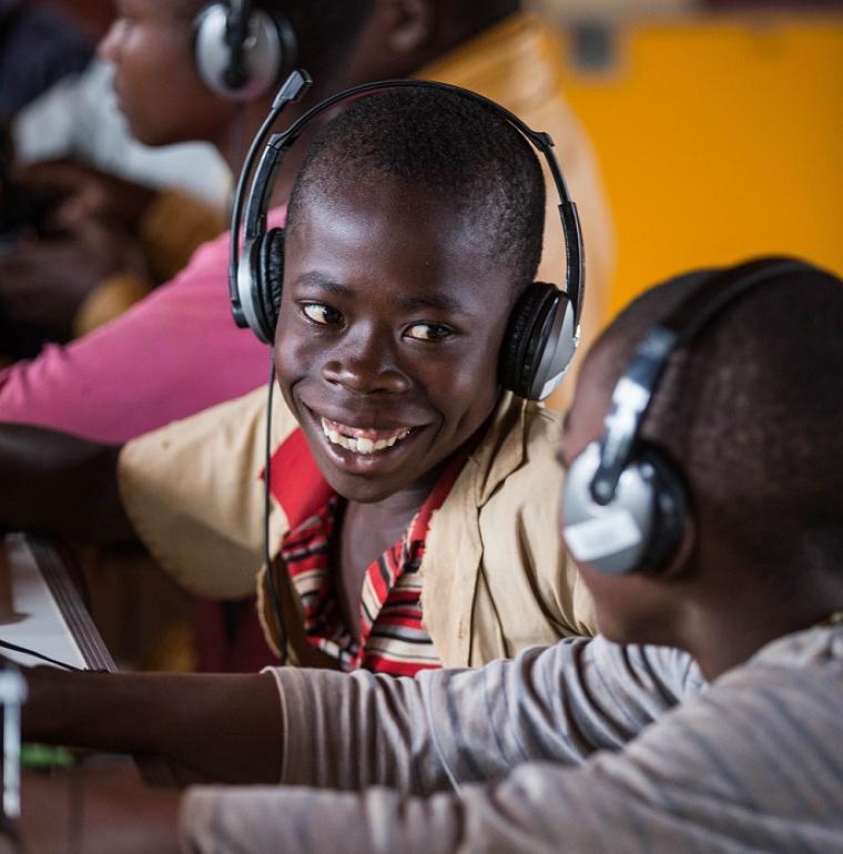Des enfants utilisent des tablettes fournies par Bibbliothèques sans frontières au Burundi