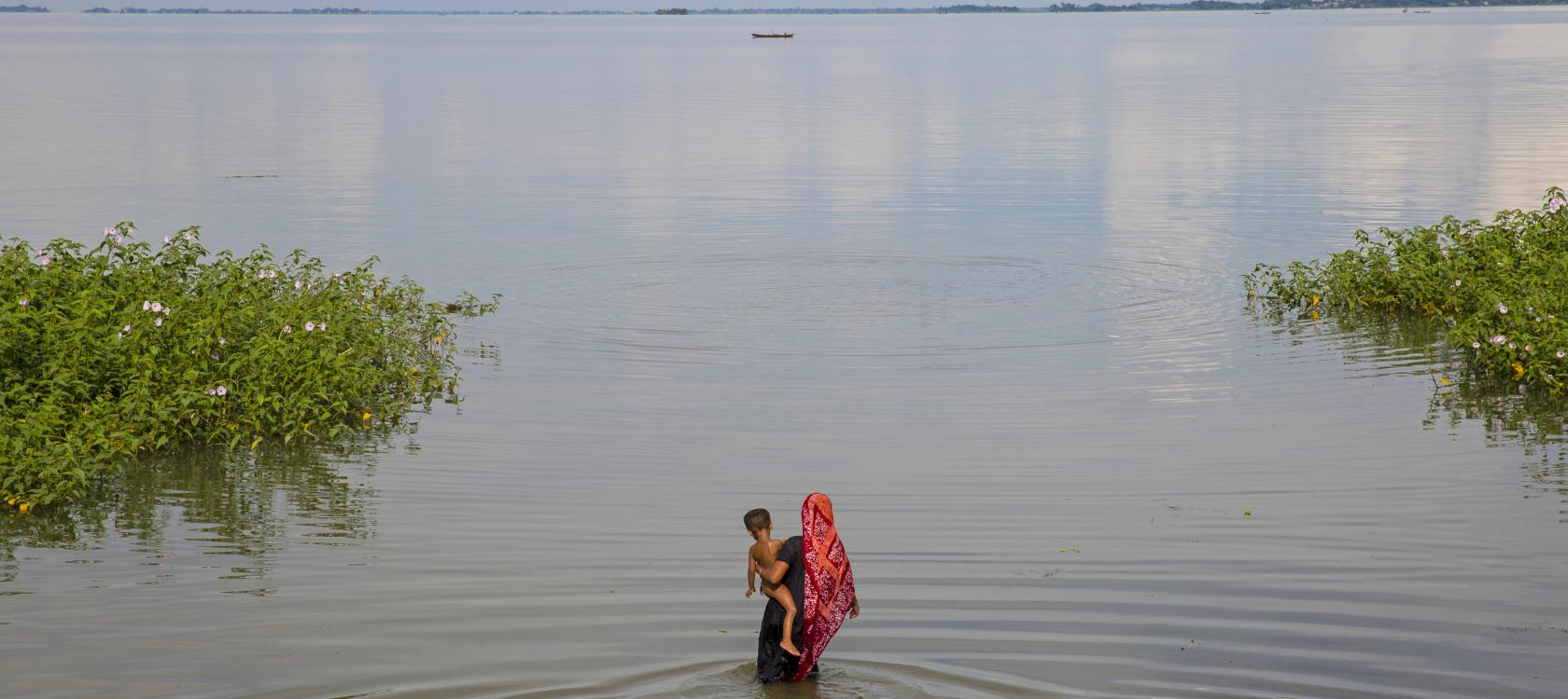 Bangladesh, woman, child, flood, d'Ison