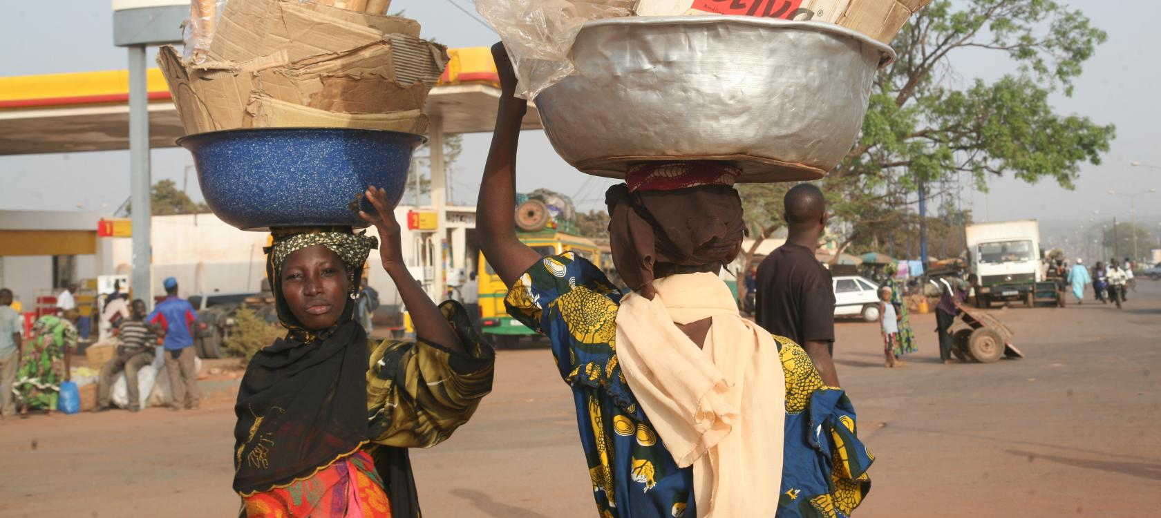 Femmes transportant des marchandises, Burkina Faso
