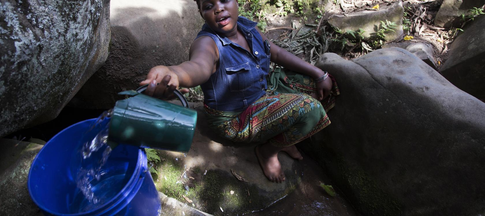 Femme s'approvisionnant en eau, Tanzanie