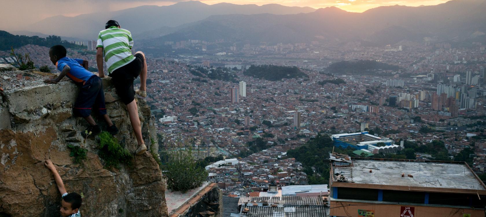 Enfants, paysage urbain, Medellín, Colombie